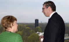 """KUFIJTË/ Angela Merkel """"ultimatum"""" Vuçiçit: Do ndëshkoheni rëndë"""