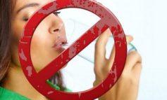 ËSHTË RREZIK/ Pesë momente kur nuk duhet të pini ujë
