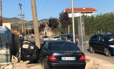 AKSIDENT I RËNDË/ Makina del nga rruga dhe përplaset me bordurën