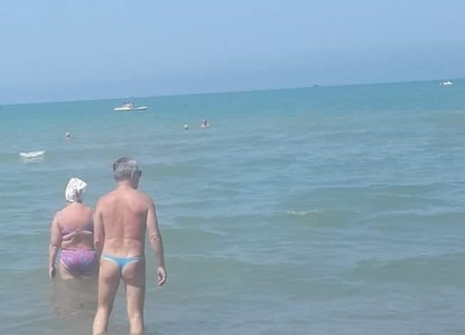 DURRËS/ Aty ku burri dhe gruaja ngatërrojnë… rrobat e banjos! (FOTO)
