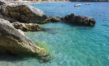 KOMENTET/ Turistja angleze për plazhin e Jalës: Më i miri! Shkodranja: I shtrenjtë! Nuk ka... (FOTO)