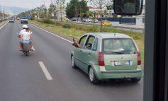 """FOTOLAJM/ """"Me këmbë përpjetë"""" në autostradën rruga Tiranë-Durrës"""