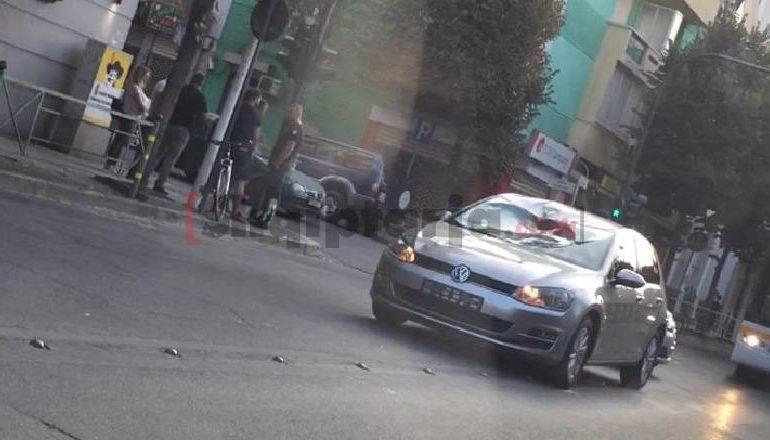 E RËNDË/ Makina përplas rëndë drejtuesin e biçikletës në mes të Tiranës