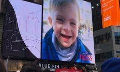 """EMOCIONE TË RRALLA!/ Vogëlushi shqiptar """"pushton"""" ekranin gjigant të """"Times Square"""" në New York (FOTO)"""