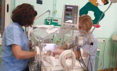 FOTOLAJM/ Heroinat e vërteta të Shqipërisë solidare. Infermieret e materniteteve rendën drejt foshnjeve...