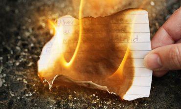 19 VJEÇARES I MERR FLAKË SHTËPIA/ Vajza po digjte letrat e ish të dashurit