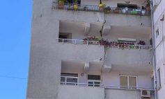 FOTOLAJM/ E frikshme, pallati në Tiranë çahet mespërmes nga tërmeti