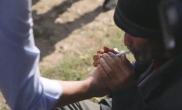ZGJEDHJET NË KOSOVË/ Albin Kurti mbetet pa fjalë nga i moshuari, kërkon cigare dhe ia ndez (VIDEO)