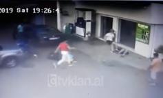 AKSIDENT ABSURD NË TIRANË/ Gruaja e ndjek 200 metra të riun, e përplas me makinë dhe më pas e godet me shkelm (VIDEO)