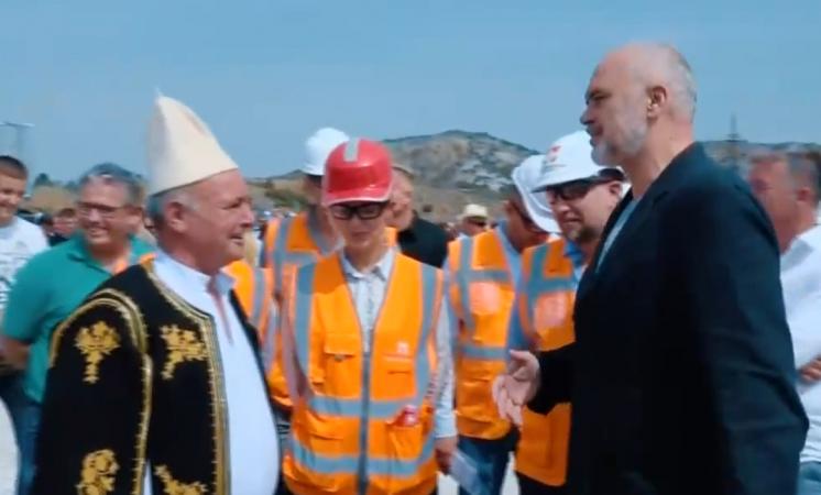 """""""EDI RAMA MIRËSEVJEN KU KA SHQIPONJA FOLENË""""/ Kryeministrin e presin me iso në Lumin e Vlorës (VIDEO)"""