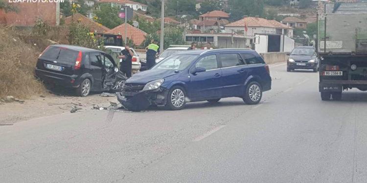 """PARAKALIMI I GABUAR/ Përplasen """"kokë më kokë"""" dy makina në Përrenjas (FOTO)"""