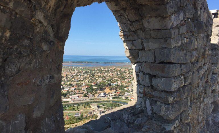 KOMENTET/ Pushuesit e huaj DASHUROHEN me kalanë e Lezhës: Një pamje fantastike me… (FOTO)