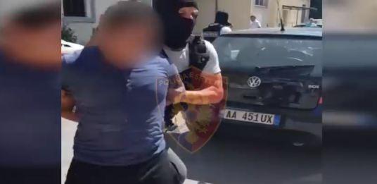 AKSION BLIC NË TIRANË/ Gjenden armë, drogë dhe thika, dy persona në pranga