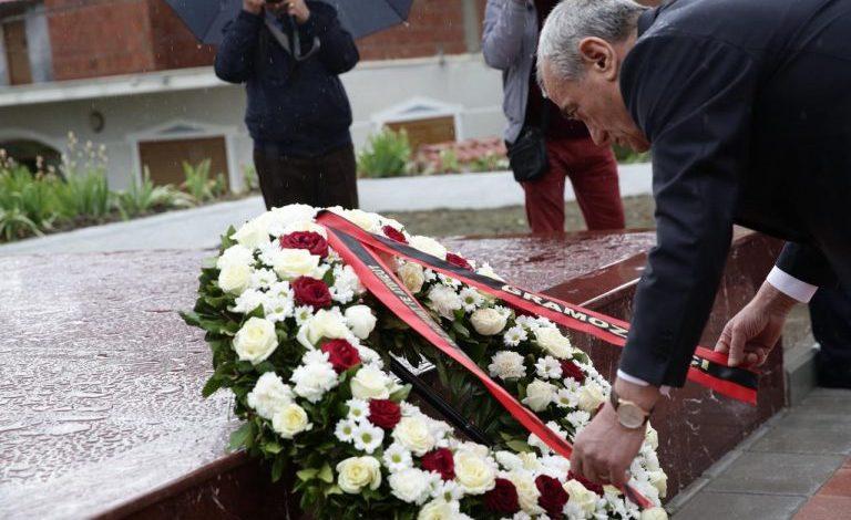 """""""NËN KUJDESIN E GRAMOZ RUÇIT""""/ Nesër homazhe në varrin e Azem Hajdarit"""