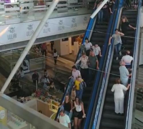 TËRMETI/ Shihni si vrapojnë njerëzit për të dalë nga një qendër tregtare (VIDEO)