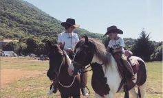 ''UNË DHE SHOKU IM I NGUSHTË''/ Kjo foto e Arbanës me të birin sipër kuajve do t'ju ëmbëlsojë ditën