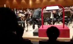 ISHTE DUKE DREJTUAR ORKESTRËN/ Dirigjentit kinez i bien pantallonat gjatë performancës, muzikantët... (VIDEO)