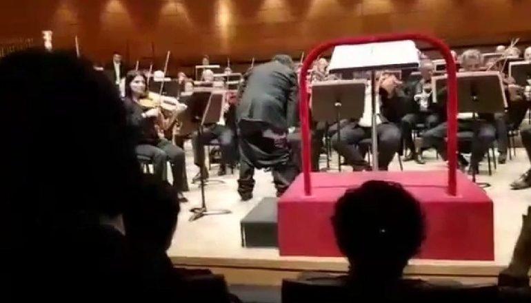 ISHTE DUKE DREJTUAR ORKESTRËN/ Dirigjentit kinez i bien pantallonat gjatë performancës, muzikantët… (VIDEO)