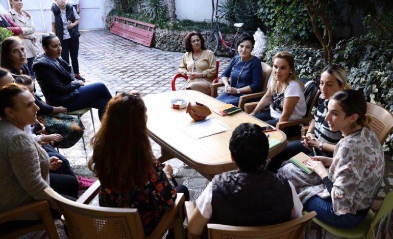 PO NDJEK STRATEGJINË E ERDOGAN? Monika Kryemadhi i shkon në shtëpi banorëve të Astirit: Nuk ju lëmë në… (FOTO)