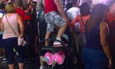 FOTO E RRALLË/ I riu hipën mbi karrocën e bebit për të parë...