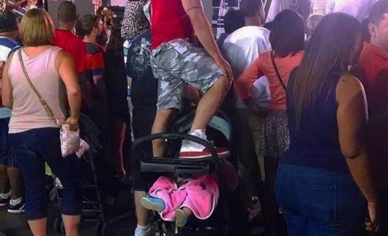 FOTO E RRALLË/ I riu hipën mbi karrocën e bebit për të parë…