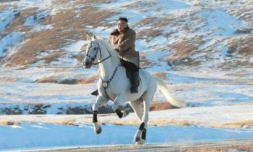 PARA MARRJES SË NJË VENDIMI/ Kim Jong-un kalëron me kalë të bardhë në malin më të lartë (FOTO)