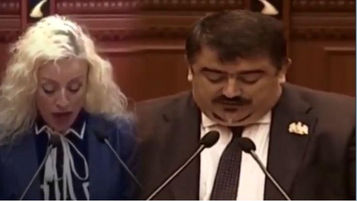 """""""NGA KOPERATË DERI TEK KËRKOJ TË MBAHET NJË M** HESHTJE""""/ Deputetët e parlamentin shqiptar që nuk do harrohen kurrë për… (VIDEO)"""