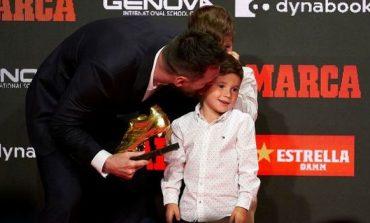 """MOMENT EMOCIONUES/ Messi merr """"Këpucën e Artë"""" nga dy djemtë e tij (VIDEO)"""