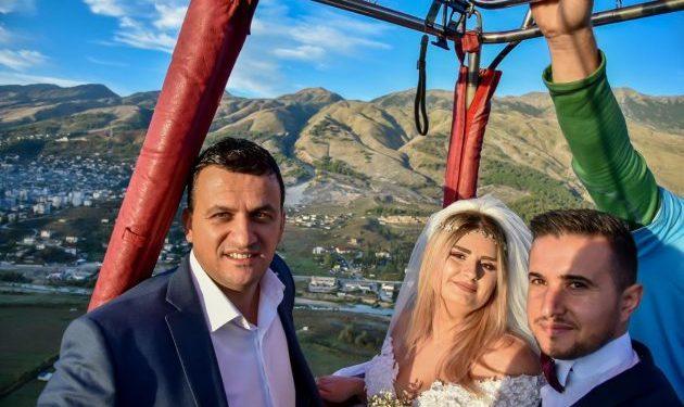 NDODH EDHE KJO/ Çifti nga Gjirokastra celebrohet gjatë fluturimit me balonë