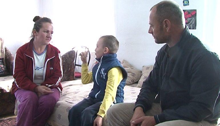 """""""DUA T'IA MËSOJ…""""/ Historia frymëzuese e 7-vjeçarit nga Korça që mësoi gjuhën e shenjave për të folur me prindërit shurdhmemec"""