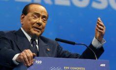 """RRËZOHET PËR NJË """"SELFIE""""/ Berlusconi shtrohet në spital. Pëson një aksident gjatë..."""