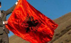 FESTOI ME FLAMURIN KUQ E ZI/ Shqiptari i Malit të Zi e pëson keq dhe dëbohet nga vendi