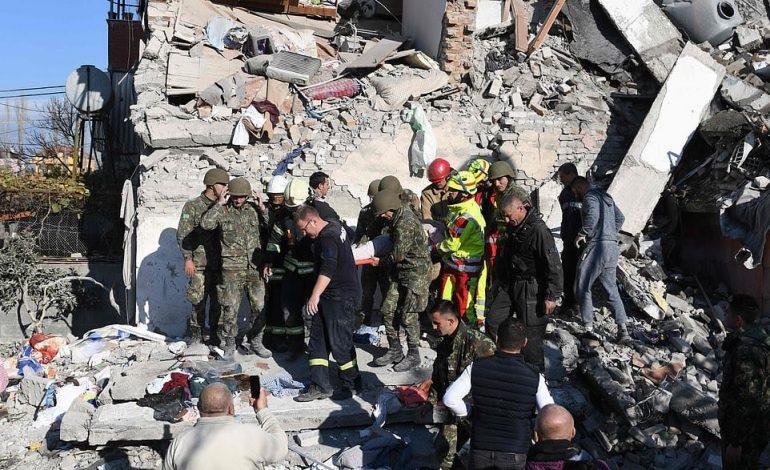 TRAGJIKE/ Shuhet familja në Thumanë, burrë e grua nxirren të pajetë nga rrënojat! Djalit iu vdiq në spital