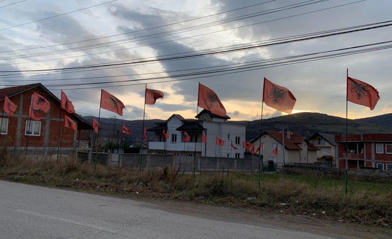 """ATMOSFERA E 28 NËNTORIT NË GJILAN/ Rrugët e qytetit """"vishen"""" me flamujt KUQ E ZI"""