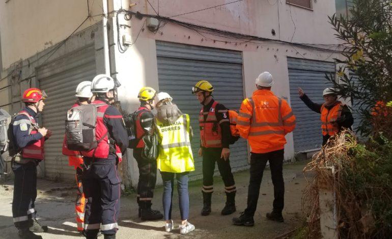TËRMETI/ Stafi i inxhinierëve të FSHZH në bashkëpunim me zjarrfikësit francezë në terren për identifikimin e banesave në lagjen 5 në Durrës