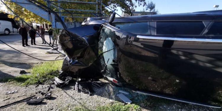 """DALIN PAMJET E AKSIDENTIT/ """"Audi"""" fluturon jashtë rruge në Lushnjë, gruaja ishte në makinë me djalin"""