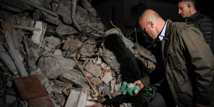 TËRMETI/ Haradinaj pranë të mbijetuarve në Thumanë, vëmendjen ia tërheq një lodër mes gërmadhave