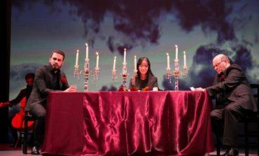 """""""MBRËMË I PËRSHPËRITA NJË YLLI""""/ Ngjiten në skenën e Korçës dy aktorët e njohur Luiza Xhuvani dhe Ndriçim Xhepa"""