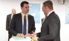 FOTOLAJM/ Basha shkon në kongresin e PPE për të takuar… mikun e ngushtë të Nikola Gruevskit