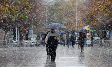 NUK KANË FUND SURPRIZAT E MOTIT/ Reshje shiu në gjithë vendin, ja ku do jenë intensive