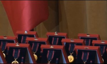"""""""SOLIDARITETI ME UNIFORMA TË NDRYSHME""""/ Rama dekoron heronjtë e heshtur që ndihmuan Shqipërinë në tragjedinë e tërmetit"""