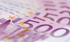 """SI E PËSOI SHQIPTARI NË AMSTERDAM/ I """"fluturojnë"""" eurot në aeroport pasi i hapet valixhja dhe..."""