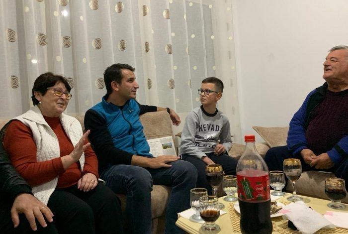 """""""GJENDJA EMERGJENTE NË TIRANË KA MBARUAR""""/ Veliaj viziton familjen Hashani në banesën e re me bonus qiraje"""