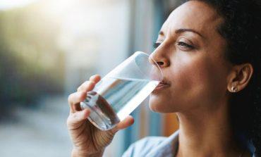 DUHET TA DINI/ Përse nuk duhet të pini ujë të ftohtë gjatë ushqimit?