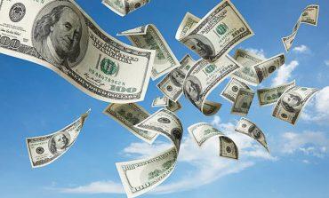 ''GËZUAR KRISHTLINDJET''/ Një burrë vodhi mijëra dollarë në bankë dhe ua shpërndau njerëzve