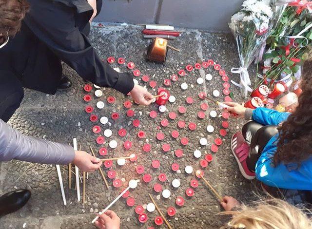 SOLIDARITETI/ Athinë, homazhe dhe lule për viktimat e tërmetit