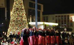 NDIZEN DRITAT E QYTETIT/ Atmosferë festive në Beratin e një mbi një dritareve