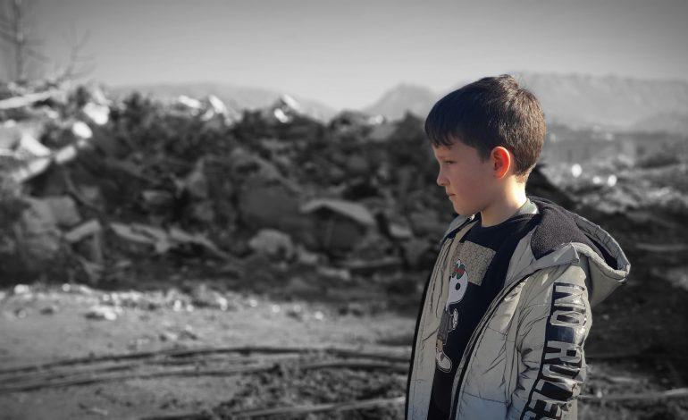 """""""DO MË BËSH DHE MUA NJË FOTO…""""/ Kërkesa prekëse e 10-vjeçarit nga Thumana për gazetarin"""