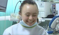 """PREKËSE/ Vajza kosovare me sindromën """"Down"""" dhuron pagën për të prekurit nga tërmeti"""
