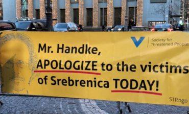 """""""KËRKO NDJESË PËR...""""/ Peter Handke mori çmimin Nobel mes reagimesh e protestash"""
